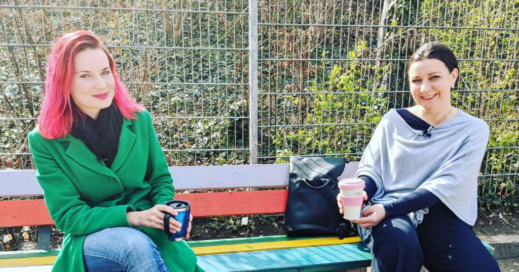 Noch auf der echten Bank mit Sängerin Sarah Straub (links).